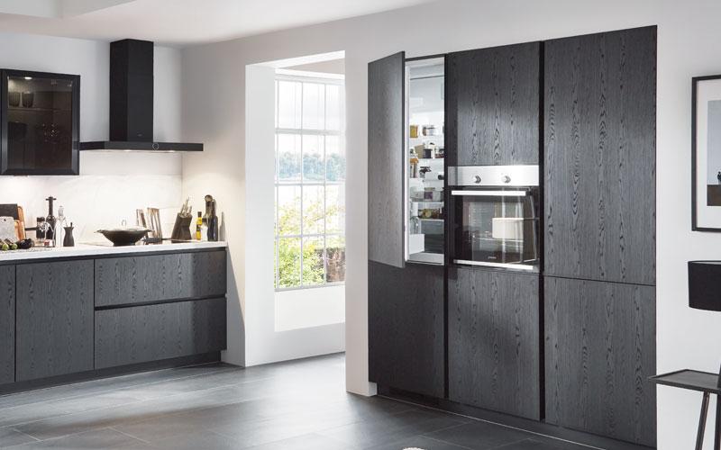 Kühlschrank in einer grifflosen Küche